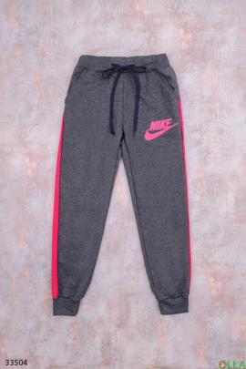 Серые спортивные штаны с розовыми вставками