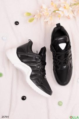 Стильные кроссовки на шнуровке