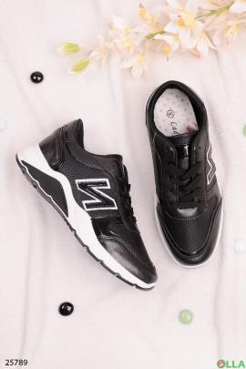 Чёрные кроссовки на шнуровке