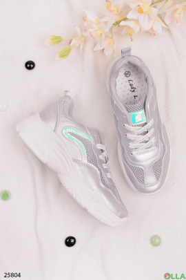 Стильные серебристые кроссовки