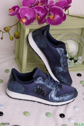 Синие  кроссовки  шнуровке.