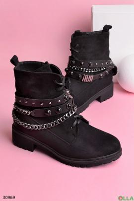 Ботинки с заклепками и цепью