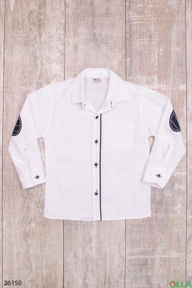 Белая рубашка с заплатками