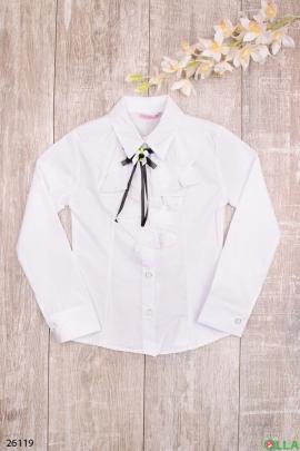 Белая блузка с декоративной лентой