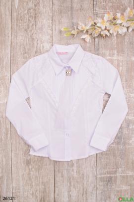 Белая блузка с галстуком и брошью