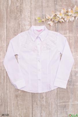 Белая блузка с ажурной вставкой