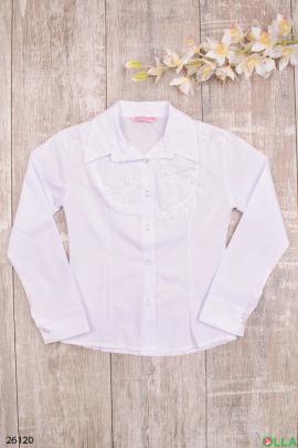 Белая блузка с вышитыми цветами