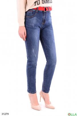 Синие джинсы с красным ремнем