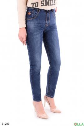 Синие джинсы в повседневном стиле