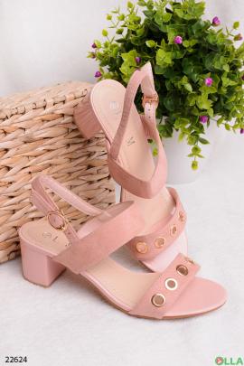 Розовые босоножки на широком каблуке