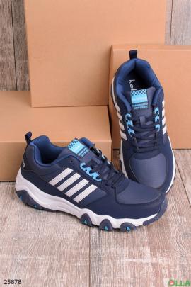 Синие кроссовки с белыми полосками