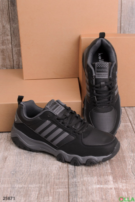 Черные кроссовки с рельефной подошвой