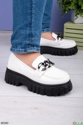 Женские белые туфли с цепью