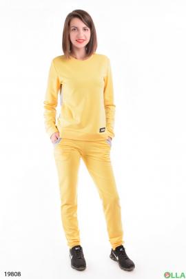 Женский спортивный костюм желтого цвета