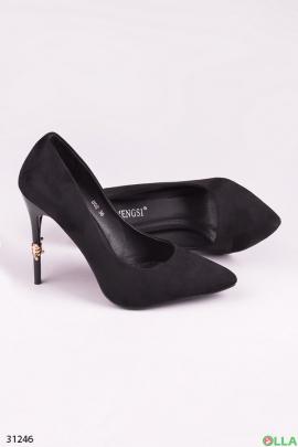 Черные туфли с брошью на каблуке