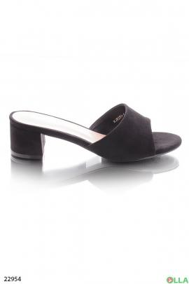 Черные шлепанцы на каблуке