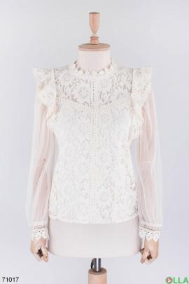 Женская светло-бежевая блузка с кружевом