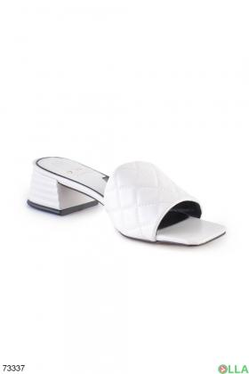 Женские белые шлепанцы на каблуке