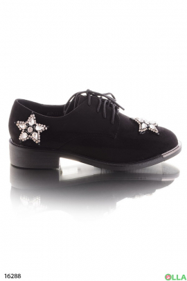 Классические туфли со стразами