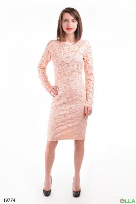 Женское платье-футляр бежевого цвета