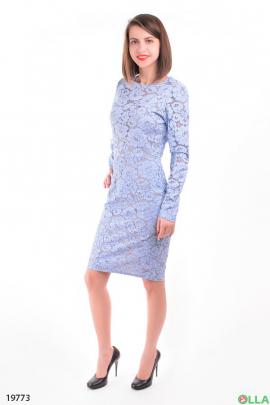 Женское платье-футляр голубого цвета