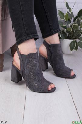 Женские серые босоножки на каблуке