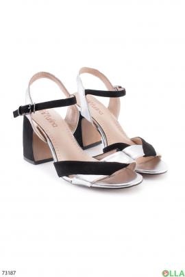 Женские серебристо-черные босоножки на каблуке