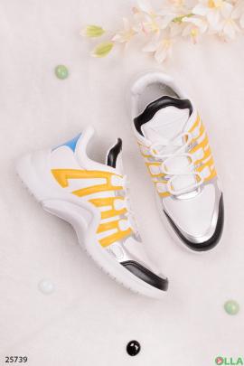 Кроссовки с жёлтыми полосами