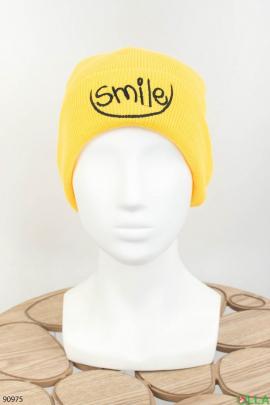 Женская темно-желтая шапка с надписью