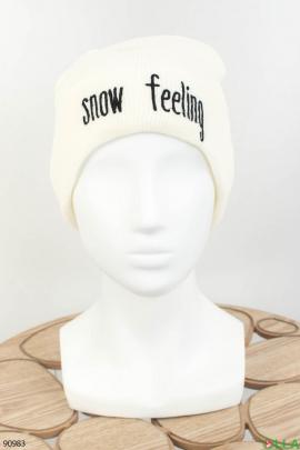 Женская белая шапка с надписью