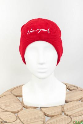 Женская красная шапка с надписью