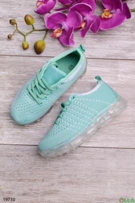 Голубые кроссовки на шнуровке