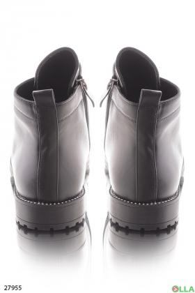 Укороченные ботинки на низком каблуке