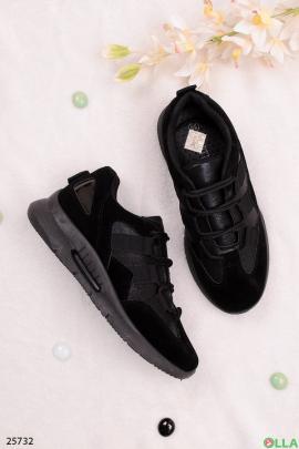 Черные кроссовки с имитацией шнуровки