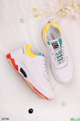 Белые кроссовки с желтым кантом