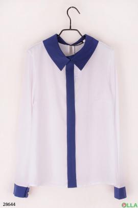 Белая блузка с синей окантовкой