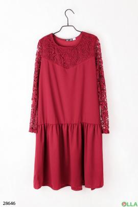 Платье красного цвета с кружевными вставками