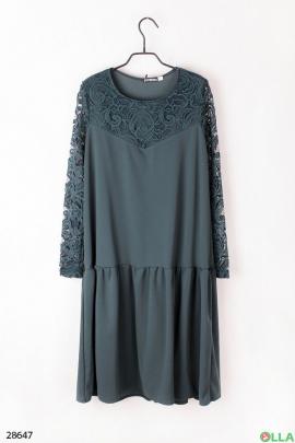 Платье зелёного цвета с кружевными вставками