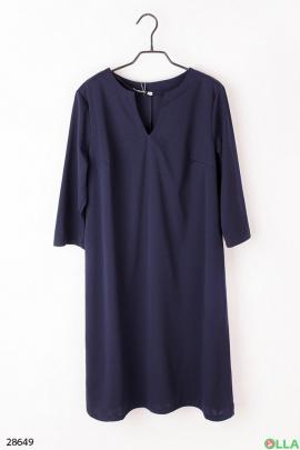 Женское платье синего цвета.