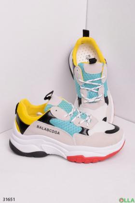 Женские кроссовки с яркими вставками