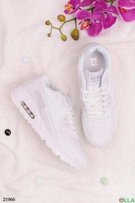 Белые кроссовки на шнуровке