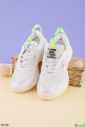 Женские белые кроссовки на шнуровке