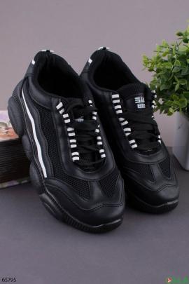 Женские черные кроссовки с белой полоской