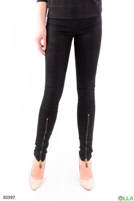 Черные джинсы со змейками