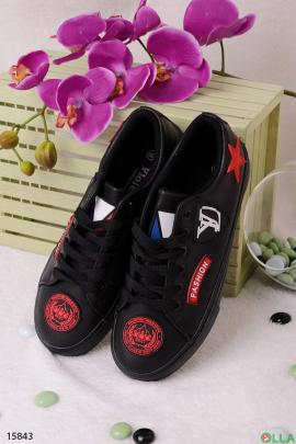 Черные кроссовки с нашивками