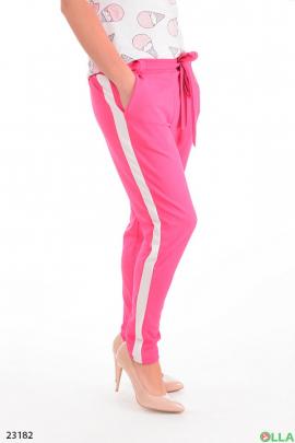 Розовые брюки с лампасами и ремнем