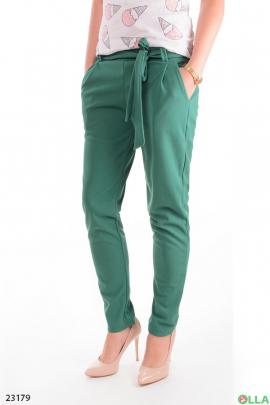 Зеленые брюки с  ремнем