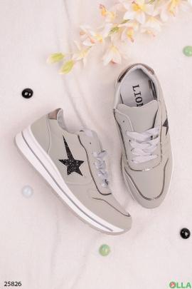 Серые кроссовки со звездой