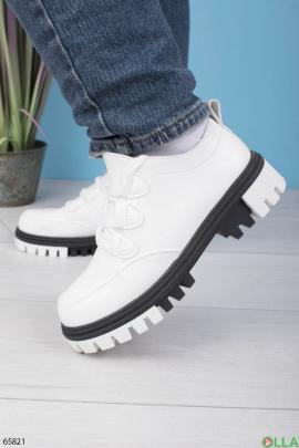Женские туфли из эко-кожи с зубчатой подошвой