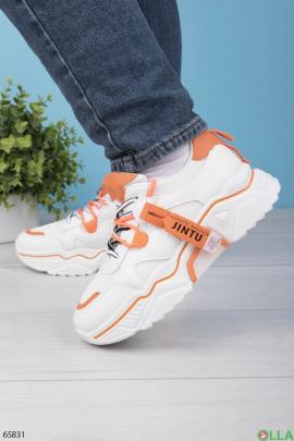 Женские белые с оранжевыми вставками кроссовки на шнуровке